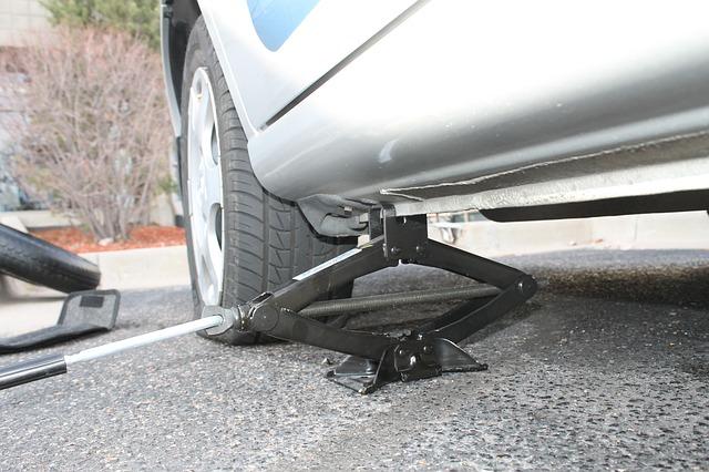 Auto op krik om band te vervangen